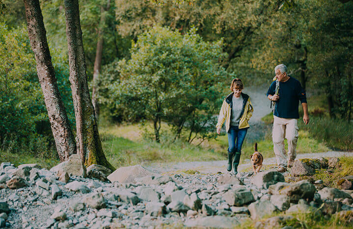 couple-walking-in-the-lake-district-the-ullswater-way